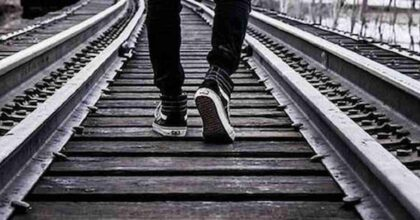 Palazzolo, piazzano sassi sui binari e aspettano il treno. Quattro ragazzini identificati e multati