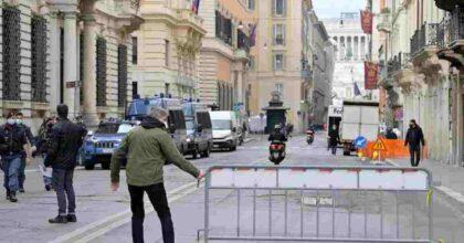 "Sit in #IoApro a Roma: piazza blindata, i manifestanti lanciano fumogeni e petardi al grido di ""Libertà"" VIDEO"