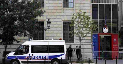 Sparatoria a Parigi davanti all'ospedale: un morto e un ferito, il killer è in fuga