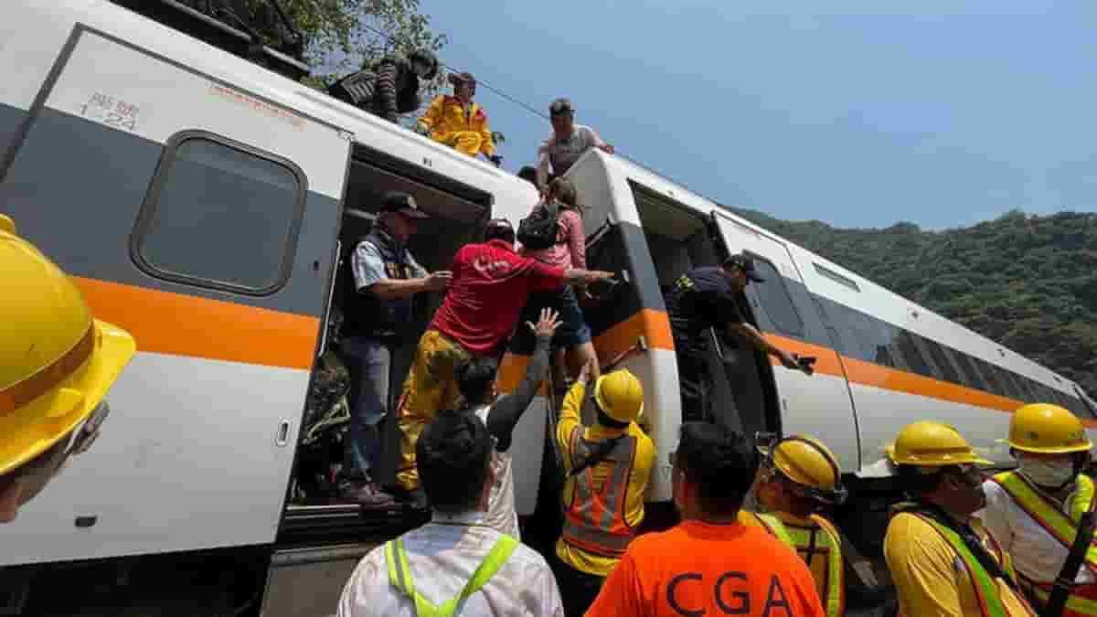 Taiwan, treno deraglia nel tunnel, decine di morti: incidente causato da un camion che è scivolato lungo i binari