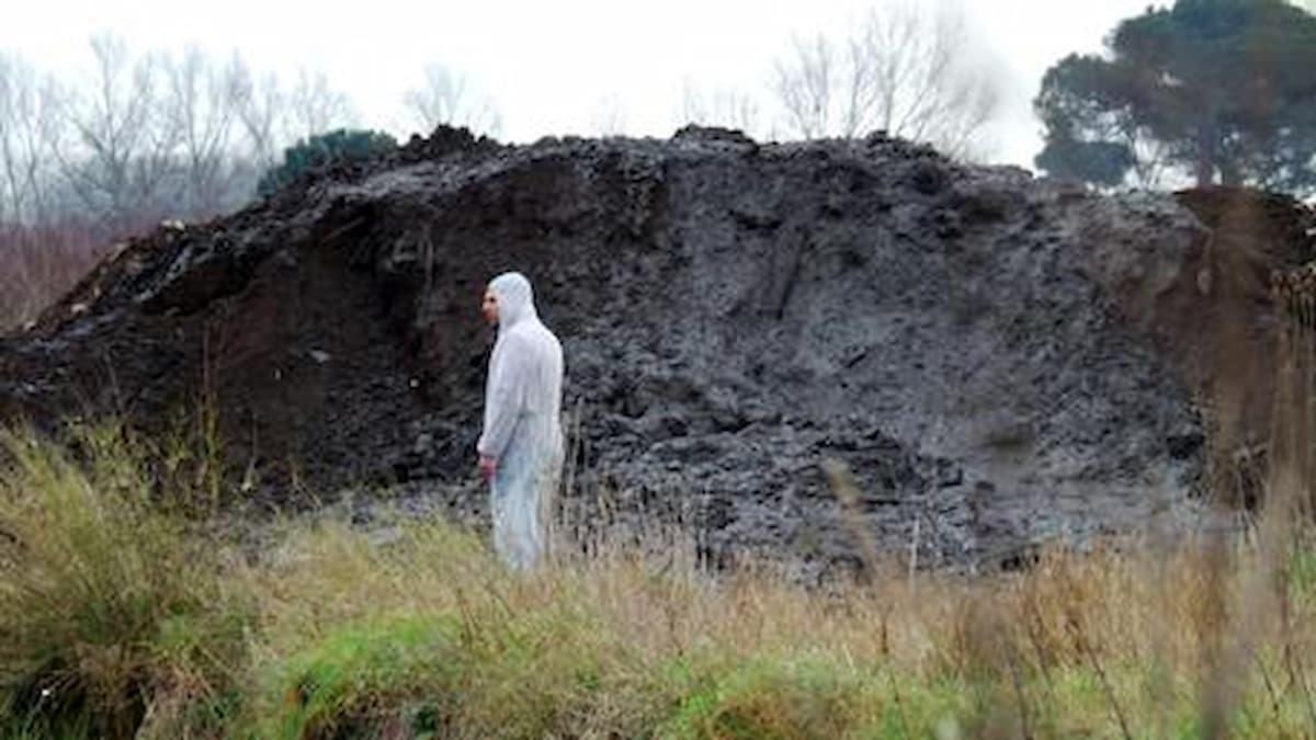 Rifiuti tossici nella terra dei fuochi, non funzionano i controlli, sfuggono allo Stato le tasse sul prodotto nero