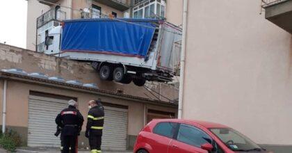Tir in bilico sul tetto a Caccamo: rischia di cadere su un palazzo. Ma come ci è finito lì?