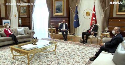 Ursula von der Leyen, il sofa-gate e la poltrona negata: cafoni Michel e Erdogan, seduti prima di una signora