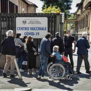 Vaccini over 80 in Lombardia, anziani in coda al gelo, alcuni sono stati rimandati a casa