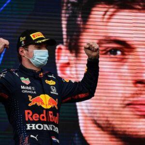 Imola, Formula 1 sotto la pioggia, Hamilton intoppa, recupera ma vince Verstappen, Ferrari in recupero