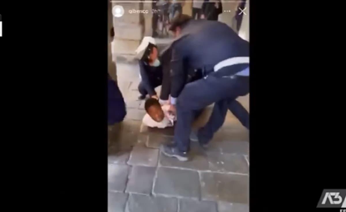 """Vigili buttano a terra ragazzo, uno gli sale sopra. """"Come George Floyd"""", polemica per un VIDEO a Padova"""
