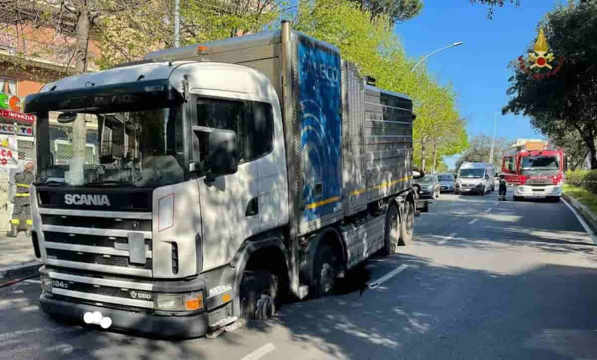 Voragine in via dei Colli Portuensi a Roma: un camion resta intrappolato nel manto stradale