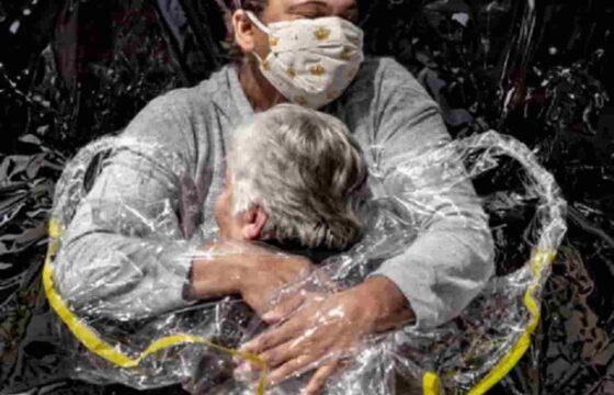 World Press Photo 2021: vince il fotografo Mads Nissen con la FOTO dell'abbraccio ai tempi del Covid