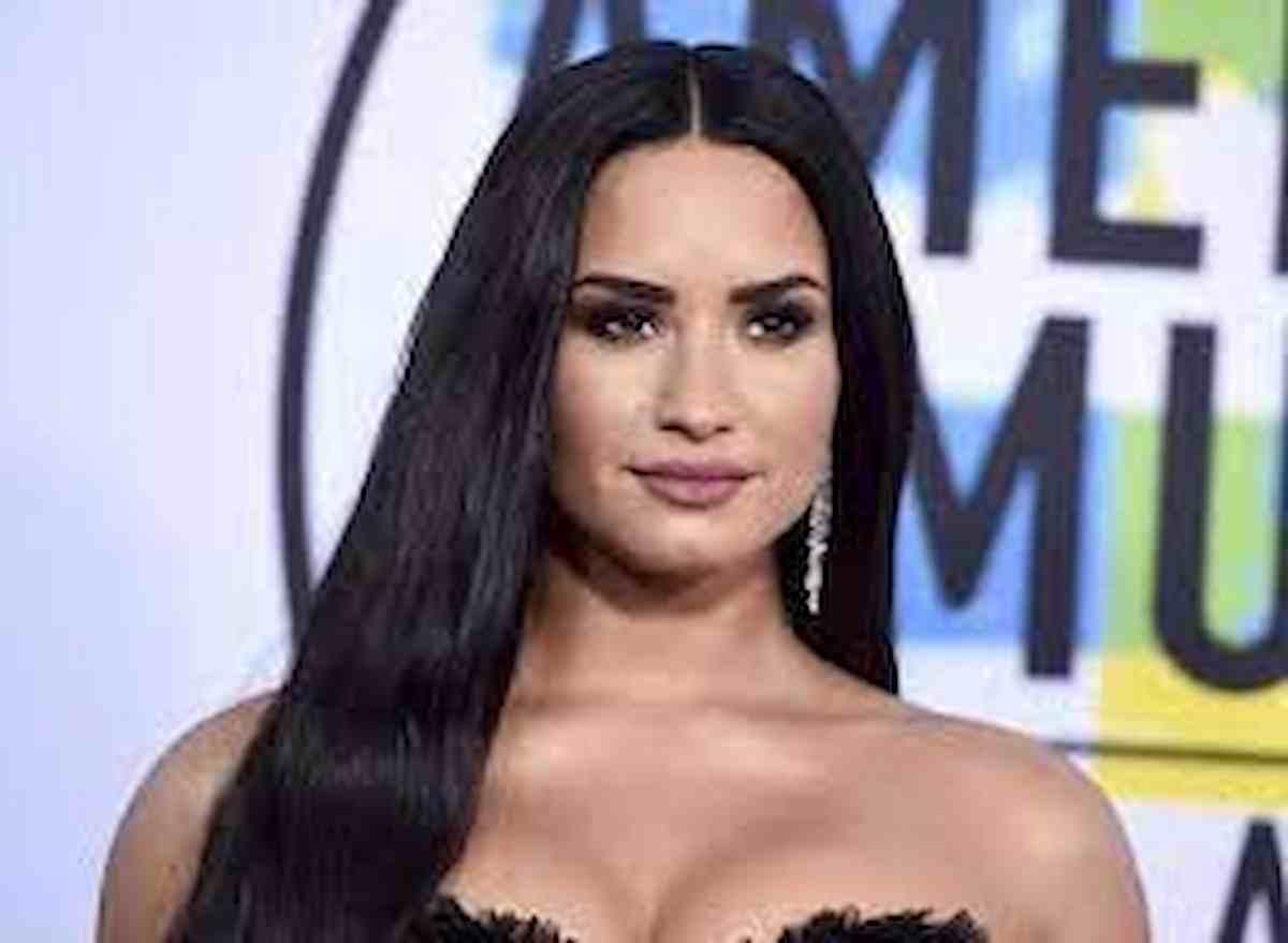 """Demi Lovato fa coming out su Instagram: """"Non sono più bisessuale, sono non-binaria"""". Ecco cosa significa"""