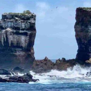 Galapagos, crolla Arco di Darwin: la roccia si è sfaldata per l'erosione: la FOTO del ministro dell'Ecuador