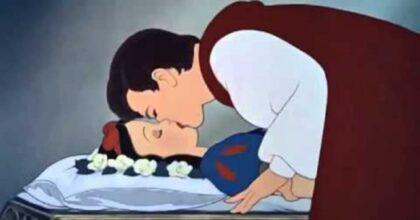 """Biancaneve e il bacio del principe, la polemica: """"Non è consensuale"""". Doveva lasciarla morire?"""