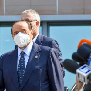 Berlusconi è in fin di vita? Condizioni di salute aggravate, è al San Raffaele dove ormai entra e esce