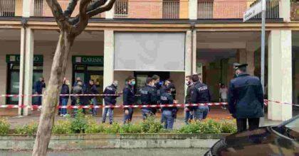 Bologna, rapina con sparatoria in una banca di via Bentini: guardia giurata ferita dai rapinatori