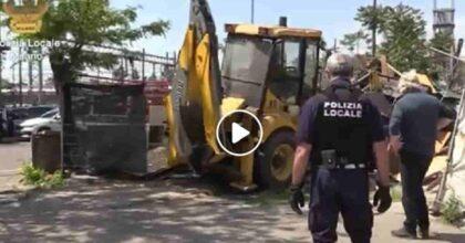 Via Bonfadini 38 a Milano, campo rom smantellato con le ruspe dopo 30 arresti per traffico illecito di rifiuti VIDEO
