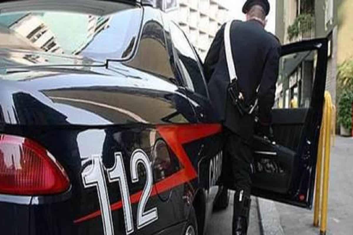 Paternò (Catania): sta per lanciarsi dal quarto piano, carabiniere fuori servizio interviene e lo salva