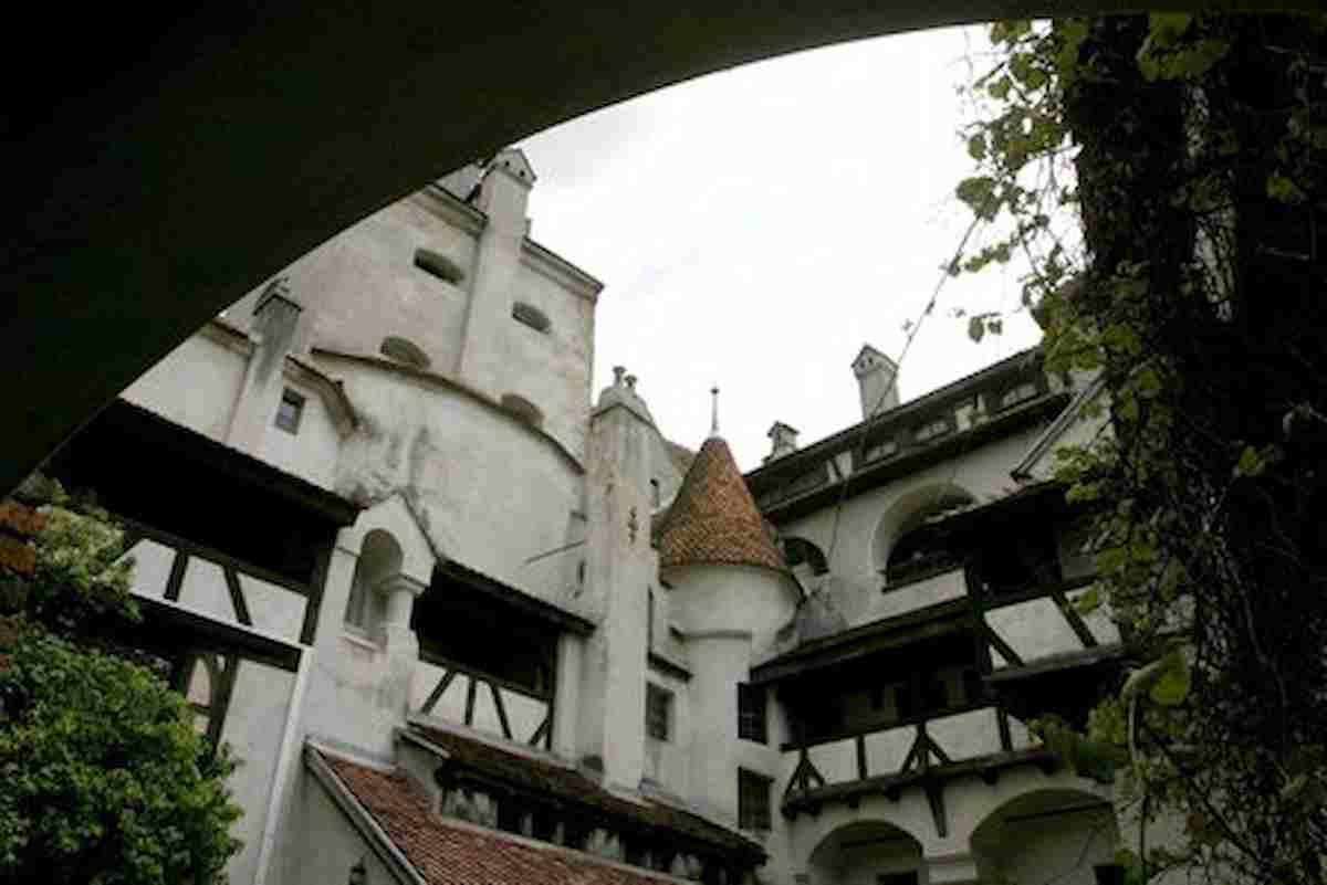 Vaccini, tutto aiuta, anche Dracula il vampiro: a Bran (Romania), il suo castello diventa un centro anti Covid