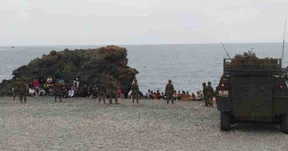 Ceuta, arrivi continui di migranti dal Marocco verso la Spagna: 5mila in poche ore. Esercito in spiaggia e guerriglia