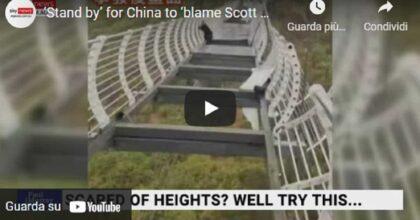 Cina, il vento è troppo forte e il ponte di vetro oscilla: turista resta bloccato per mezz'ora