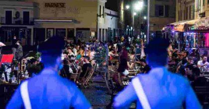 Coprifuoco agli ultimi fuochi: assediato da estate, affari e gente di sera