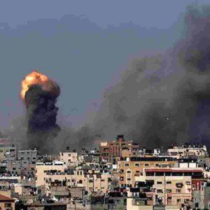 Striscia di Gaza, nuovo bilancio delle vittime dei raid israeliani: 65 morti e 400 feriti