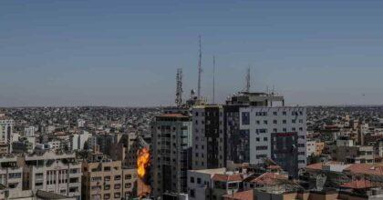"""Striscia di Gaza, missili israeliano radono al suolo sede Al Jazeera e Ap. Hamas: """"La nostra reazione scuoterà Israele"""""""