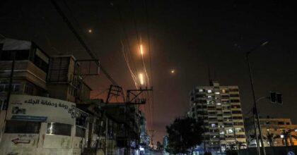 Striscia di Gaza, razzi palestinesi su Tel Aviv. Pioggia di fuoco sulla città, il VIDEO. Israele uccide dirigenti di Hamas