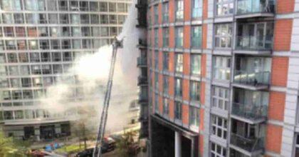 Londra, grande incendio in un palazzo popolare di 19 piani: sono intervenuti 100 pompieri