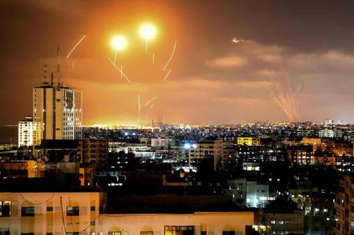 """Striscia di Gaza, continuano lanci di razzi e bombardamenti. Israele: """"Pronti a conflitto senza limiti di tempo"""""""