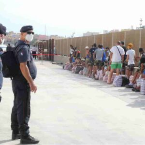 Lampedusa invasa dai migranti, poliziotti a rischio contagio e turni di lavoro massacranti