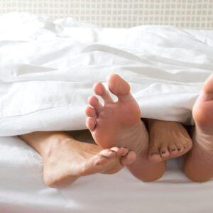 Lega la compagna e le mette un calzino in bocca durante gioco sessuale: lei muore soffocata