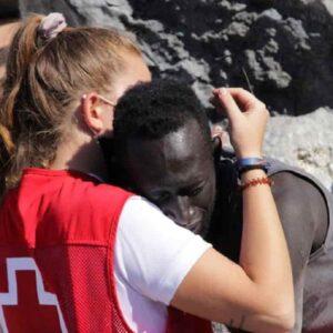 Volontaria Croce Rossa abbraccia un migrante: sui social le augurano di essere violentata