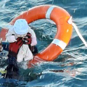 Migranti, neonato salvato in mare: la FOTO simbolo che arriva da Ceuta in Spagna