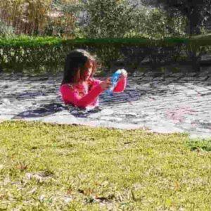 La bambina è incastrata nell'asfalto? L'illusione ottica manda in tilt il Web