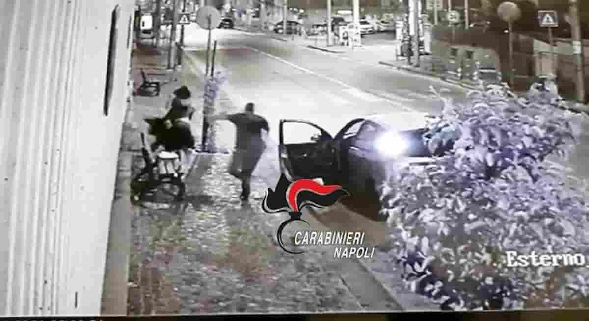Napoli, rapina in viale Colli Aminei: ma il comandante dei carabinieri è affacciato alla finestra e interviene VIDEO