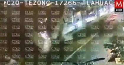 """Il """"Ponte Morandi"""" di Città del Messico, il VIDEO del crollo del ponte sulle auto mentre passa il treno"""