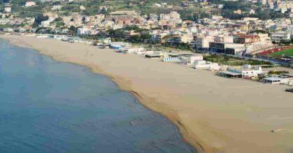 Rotelline nere sulla spiaggia tra Formia e Gaeta: 4mila cilindri di plastica trovati su 21 km di litorale