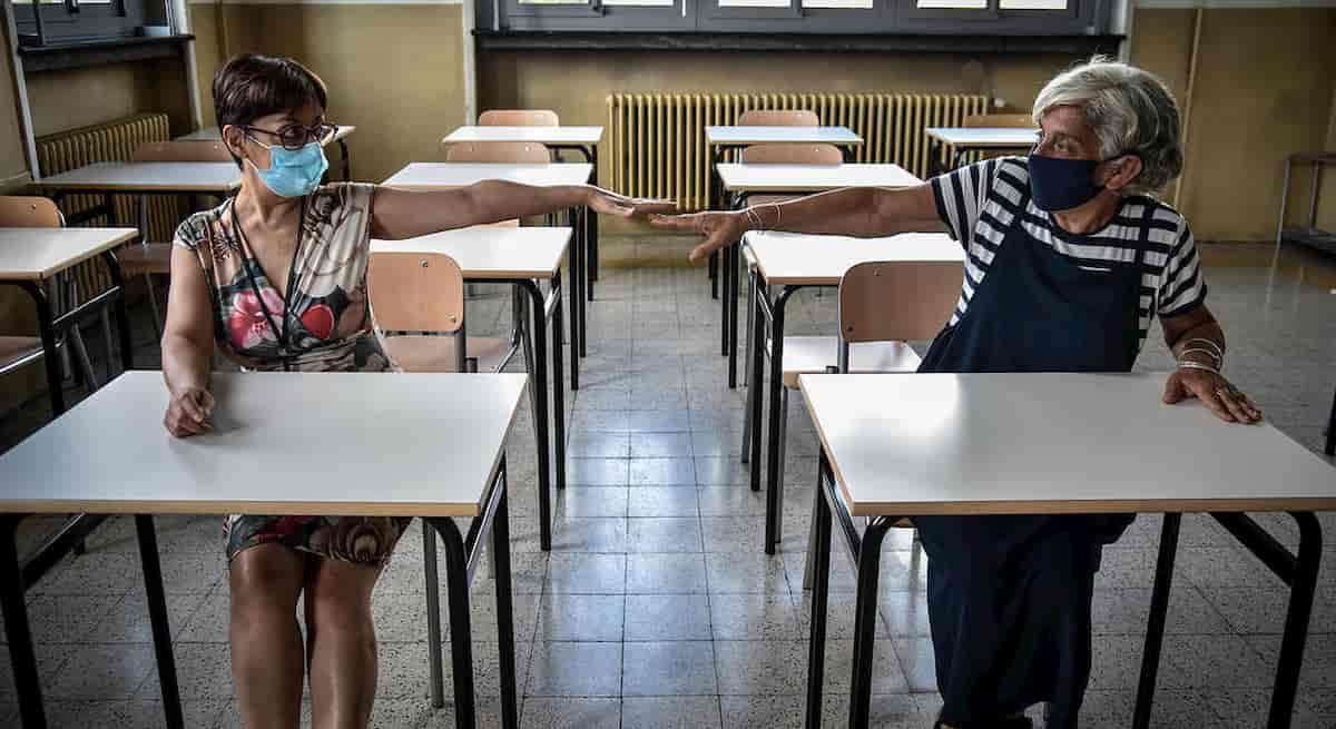 Regioni equanimi: prima hanno tolto scuola ai giovani, poi vaccini agli anziani