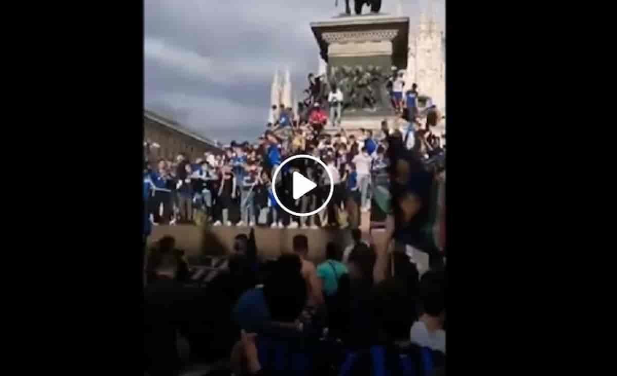 Scudetto Inter, assembramenti in piazza Duomo: festeggiamenti con tanti tifosi e poche mascherine VIDEO