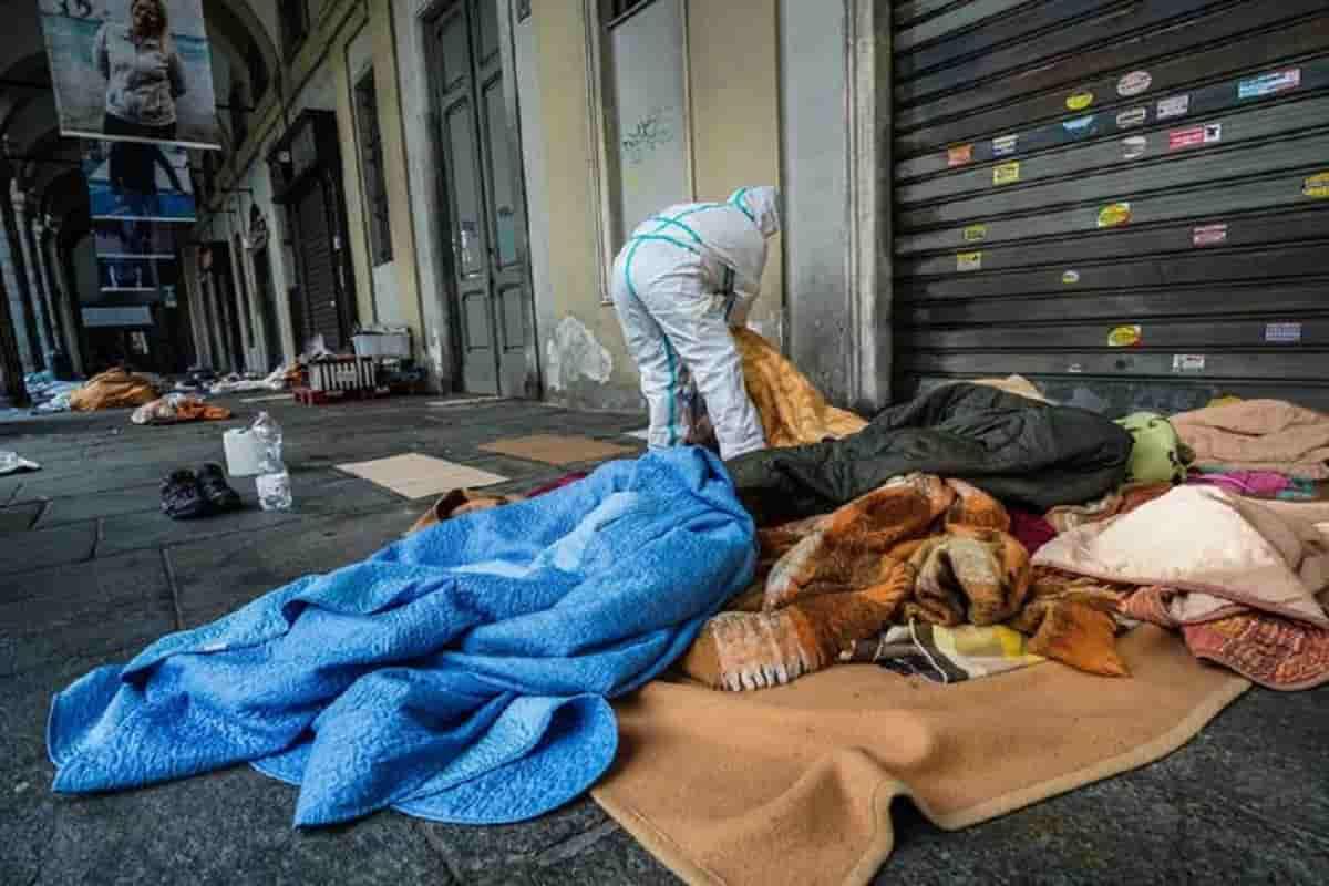 Panettoni di cemento contro i senzatetto nei portici a Torino: li hanno messi i residenti