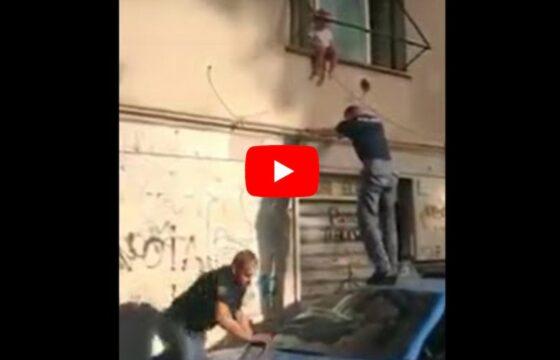 Roma, bimba di 2 anni in bilico sul davanzale: il salvataggio dei poliziotti VIDEO