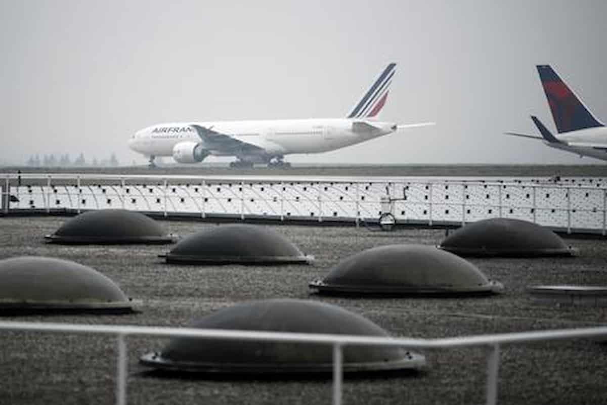 Allarme bomba su un volo dal Ciad a Parigi: scortato da un caccia e fatto atterrare a Roissy