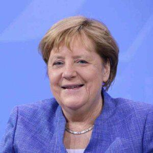 Covid nell'hotel della scorta di Angela Merkel al G7: la cancelliera partecipa al summit