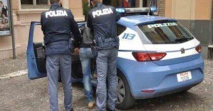 Siracusa, evade i domiciliari e picchia i poliziotti che lo arrestano. Ma niente carcere, lo rimandano a casa