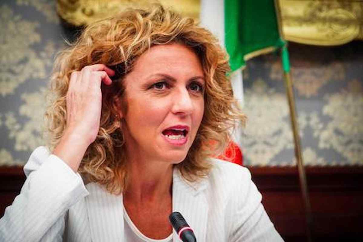 Barbara Lezzi chi è: quanti anni ha, marito, figli, vita privata, titolo di studio e il no a Draghi della senatrice M5s