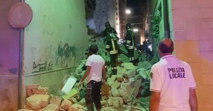 Barletta, crolla palazzina per una fuga di gas: tre persone ferite sotto le macerie FOTO