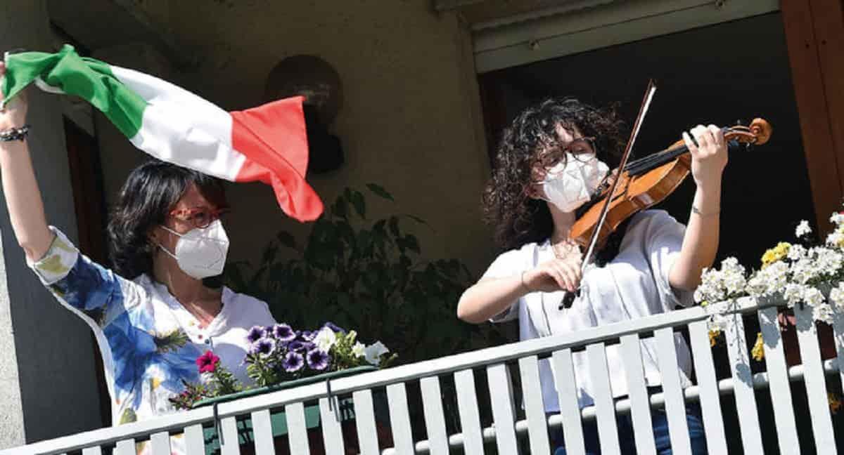 """Bella Ciao inno del 25 aprile, proposta di legge Pd, Iv e LeU. Protesta la destra: """"Troppo di sinistra"""""""