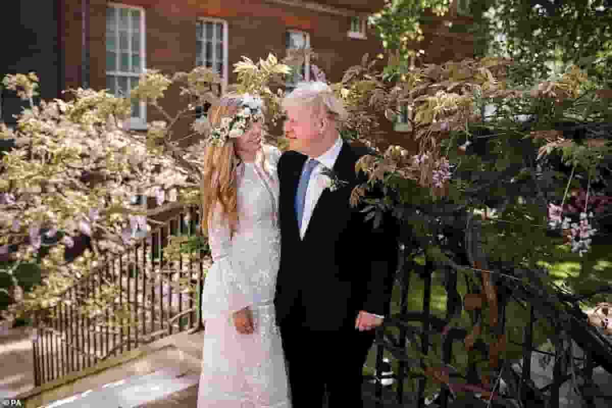 Boris Johnson e Carrie Symonds, retroscena: nozze anticipate per ragion di Stato (e viaggio di nozze rinviato)