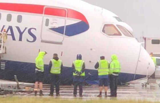 british airways crolla in pista