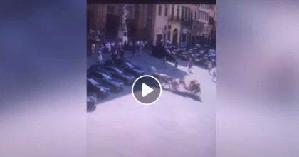 Cavallo imbizzarrito urta l'auto del ministro Lamorgese VIDEO carrozza si incastra e lui entra nella Loggia dei Lanzi