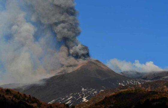 Etna, nuova eruzione del vulcano: fontana di lava e densa colonna di fumo dal cratere Sud-Est